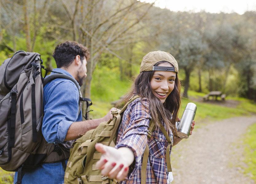 coppia-giovani-trekking